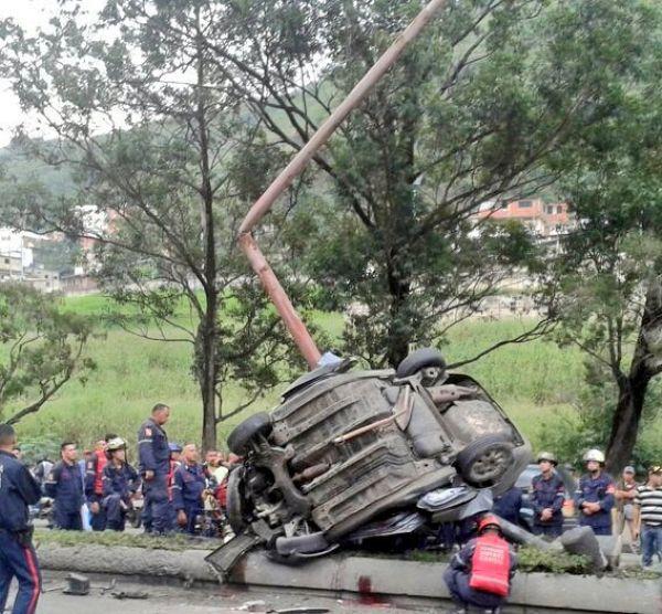 В Каракасе машина от сильнейшего удара обняла столб!