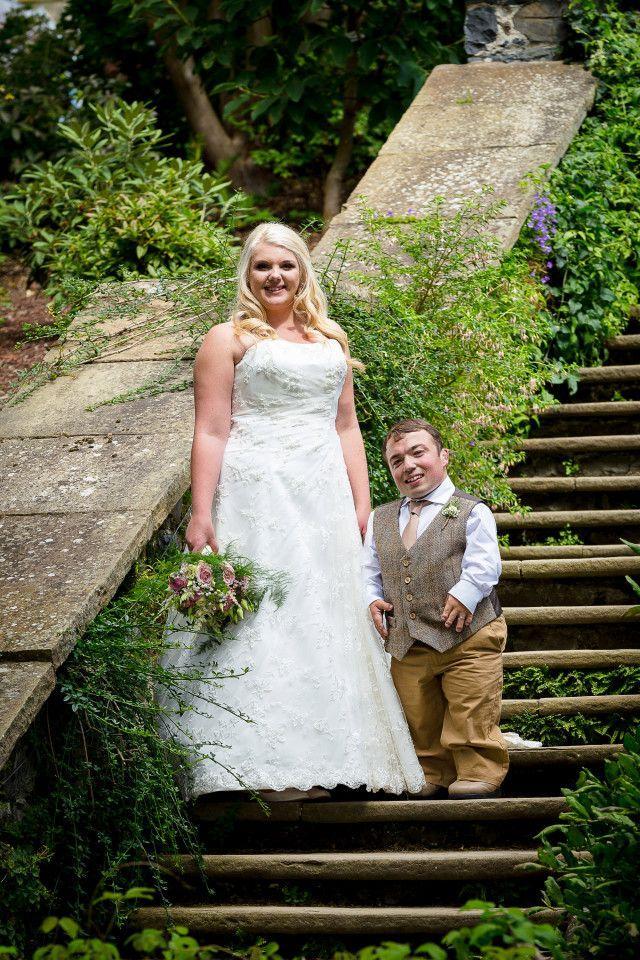 Жених-карлик вынужден был принести на свадьбу стремянку.