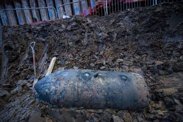 В элитном пригороде Лондона откопали огромную бомбу времен Второй мировой.
